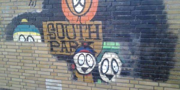 muur met graffiti dat wordt gereinigd