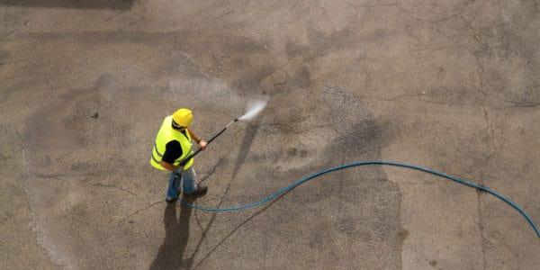 reinigen van beton op industrieterrein