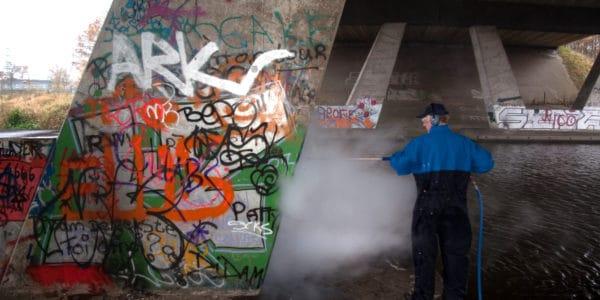 graffiti verwijderen van betonnen pilaar met stoom