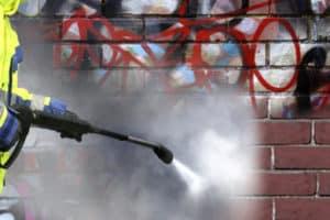 reinigen van graffiti op muur