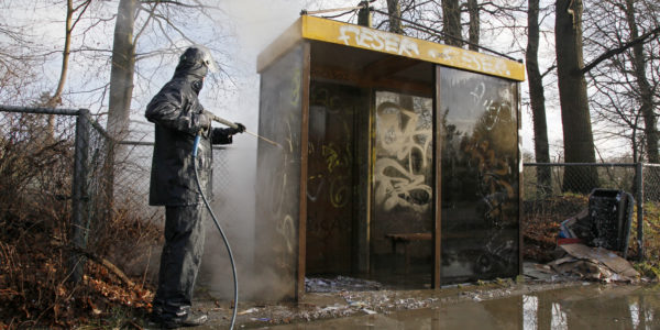 bushokje met graffiti wordt gereinigd