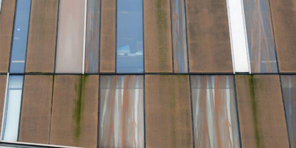 vervuilde gevel van beton